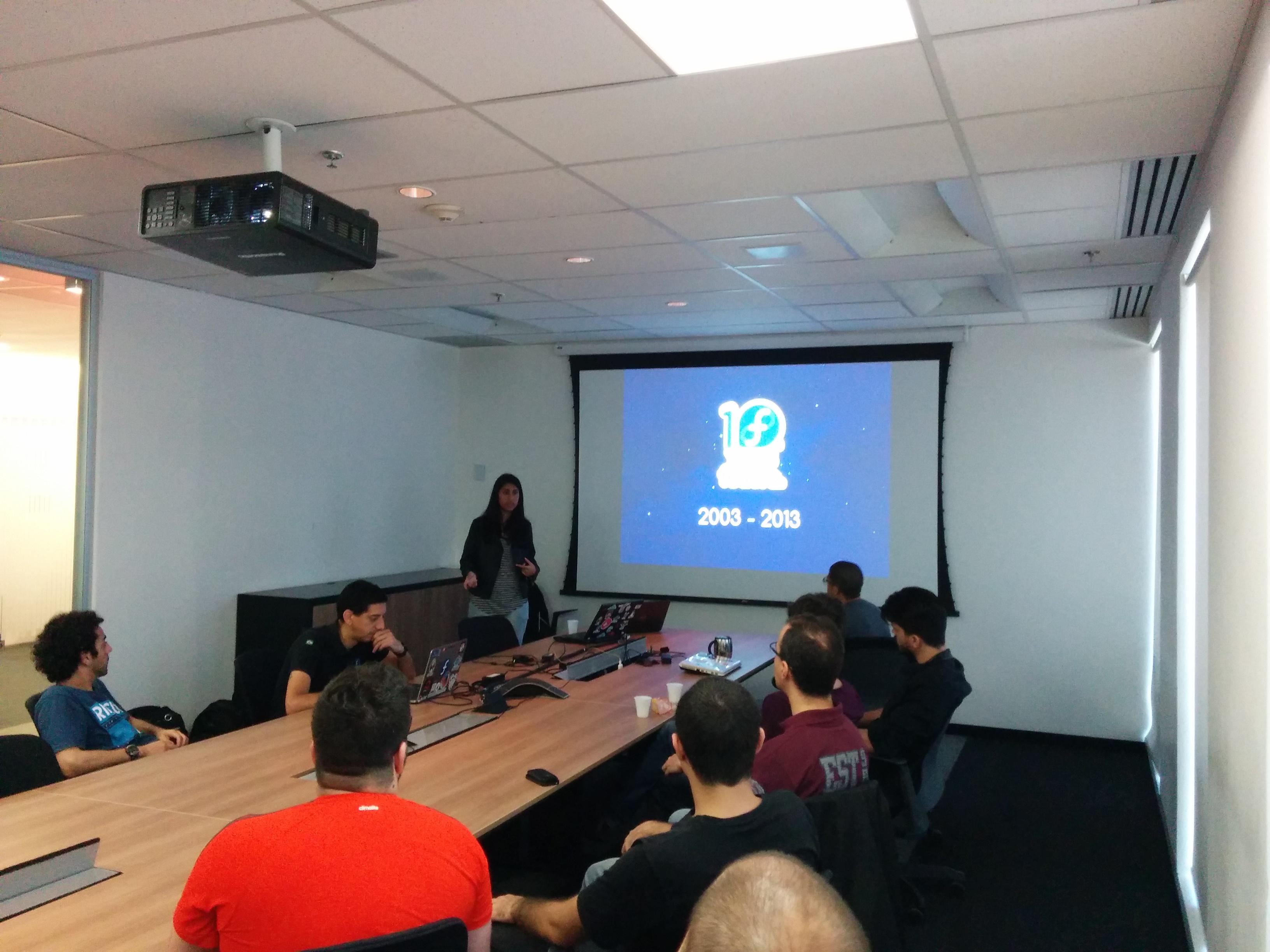 Daniela apresentando o Fedora 24